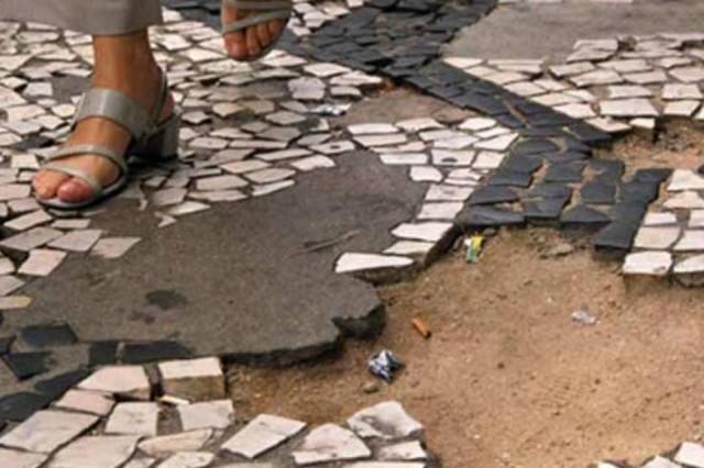 Condomínio e município indenizarão pedestre que caiu em buraco
